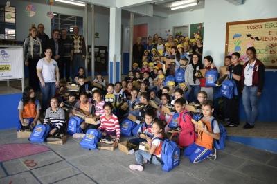 Alunos do Programa AABB Comunidade recebem kits