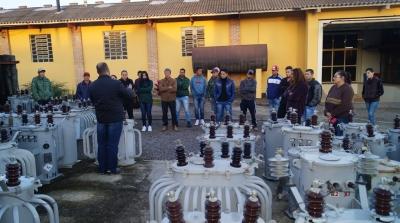 Alunos realizam a primeira etapa do curso de eletricista