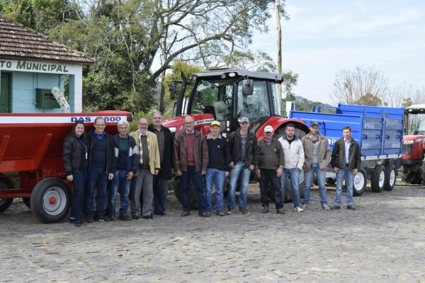 Administração Municipal entrega patrulha agrícola a grupo de produtores