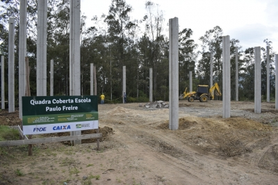 Construção da quadra coberta na Escola Paulo Freire está em andamento