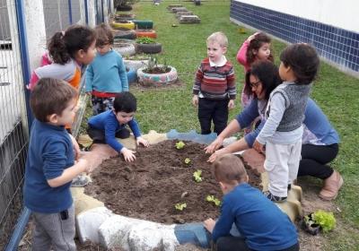 Crianças constroem mini horta na EMEI Beija Flor