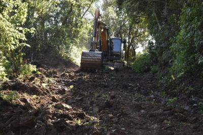 Secretaria de Obras realiza reabertura e recuperação de estrada na Linha São Luiz e Linha Três