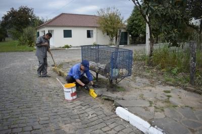 Secretaria de Obras realiza pintura de meios fios e sinalização na cidade