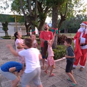 Caravana do Papai Noel distribui doces no interior