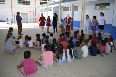 Assistência Social entrega brinquedos nas escolas