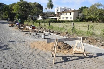 Consertos de calçamento são realizados no perímetro urbano
