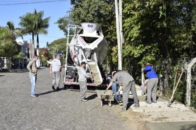 Secretaria de Obras recupera e constrói calçadas de passeio público