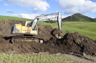 Escavadeira hidráulica do Condesus já prestou mais de 100 horas de serviço aos agricultores faxinalenses