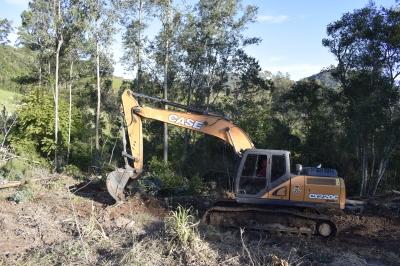 Secretaria de Obras realiza serviço de escavadeira hidráulica nas propriedades rurais da Linha Guarda Mor
