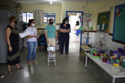 Auxiliares da EMEI Beija-Flor confeccionam materiais pedagógicos
