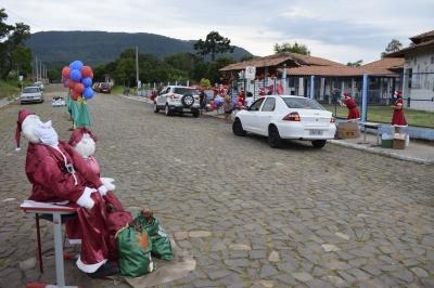 Escola Paulo Freire realiza drive-thru natalino