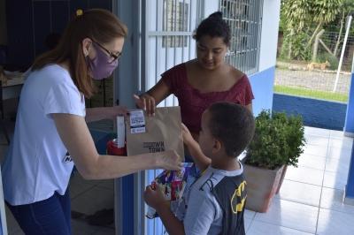Alunos da Escola Santa Rita recebem mimos de Natal