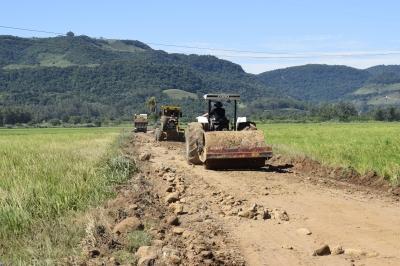 Secretaria de Obras recupera estrada do Pique
