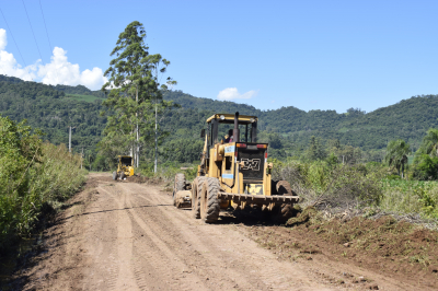Secretaria de Obras realiza recuperação de estradas