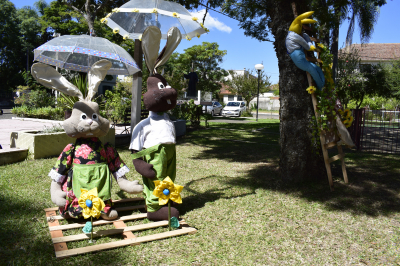 Praça Matriz recebe decoração de Páscoa