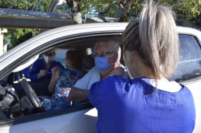 Drive-thru vacina 140 idosos com mais de 77 anos