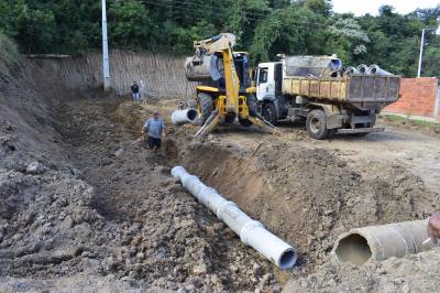 Secretaria de Obras instala tubos na Rua Castro Alves