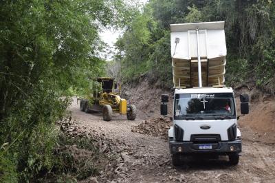 Secretaria de Obras realiza o cascalhamento da estrada no Chapadão