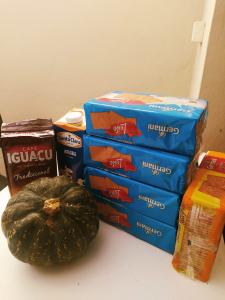 Educação e Assistência Social entregam kits de alimentos da merenda escolar