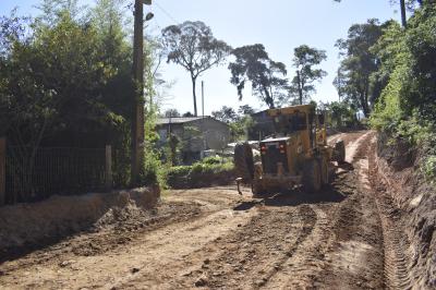 Secretaria de Obras cascalha estrada na Toca da Raposa