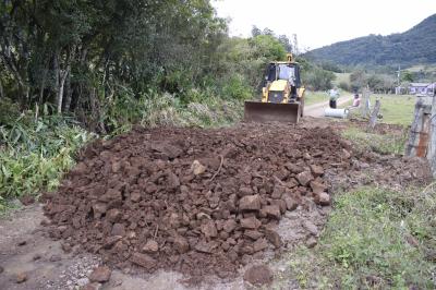 Secretaria de Obras recupera bueiro no Sítio dos Mellos