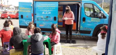 Escola Paulo Freire recebe biblioteca itinerante