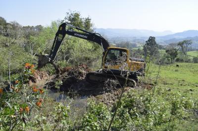 Escavadeira hidráulica do Condesus inicia trabalhos no Município