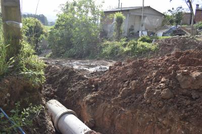 Secretaria de Obras constrói bueiro na Vila Santa Tereza