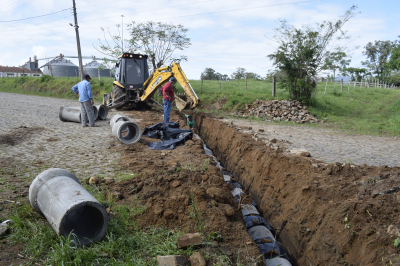 Secretaria de Obras amplia rede de esgoto na Rua Duque de Caxias