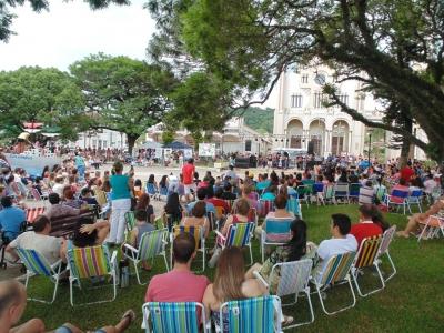 Praça Vicente Pallotti ficou lotada para as comemorações dos 58 anos de Faxinal