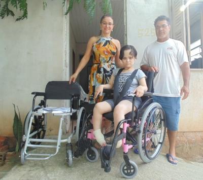 Administração entrega cadeira de rodas e cadeira de banho à jovem faxinalense