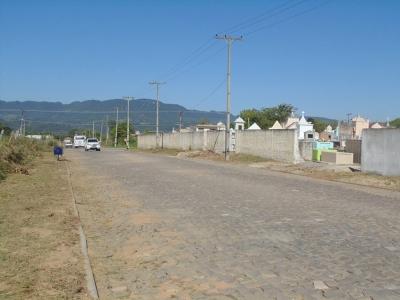 Secretaria de Obras realiza limpeza nos arredores do cemitério municipal