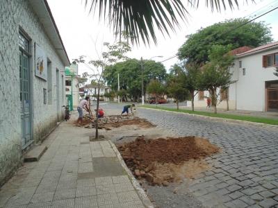 Trechos de calçamento são recuperados no perímetro urbano