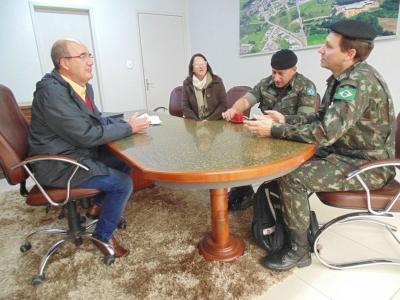 Prefeito Clovis recebe representantes do Exército Brasileiro