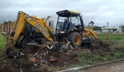 Secretaria de Obras realiza mutirão de limpeza nas Vilas Verde Teto e Tavares
