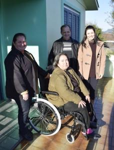 Secretaria de Saúde entrega cadeira de rodas