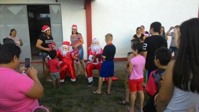 Caravana de Natal entrega presentes para as crianças do município
