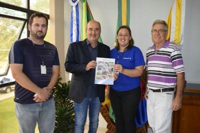 Prefeito Clovis recebe relatório anual da Emater