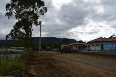 Rua em frente à Escola Paulo Freire receberá calçamento