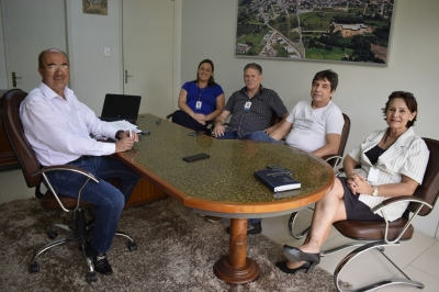Prefeito Clovis recebe representantes da Emater