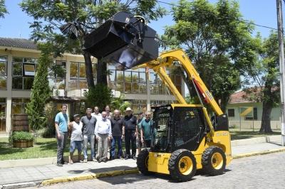 Prefeitura recebe mini carregadeira para auxiliar na limpeza urbana