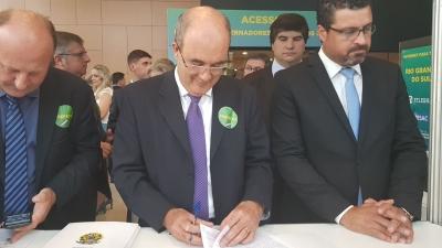 Prefeito Clovis assina adesão ao Programa Internet Para Todos