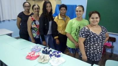 Mulheres concluem curso de chinelos decorados