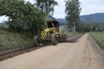 Três comunidades recebem serviços de melhorias nas estradas