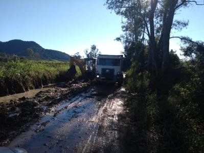 Estradas vicinais são recuperadas pela Secretaria de Obras