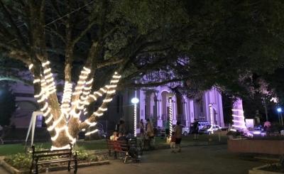 Acendimento das luzes de Natal encantou as pessoas que estavam na Praça
