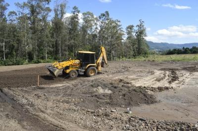 Secretaria de Obras prepara terreno que receberá quadra poliesportiva
